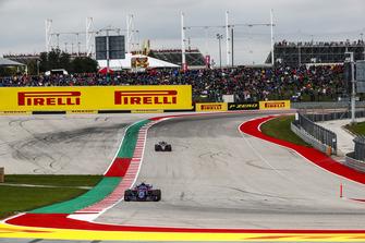 Pierre Gasly, Scuderia Toro Rosso STR13, leads Romain Grosjean, Haas F1 Team VF-18