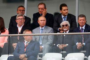 Ross Brawn, Managing Director of Motorsports, FOM, Vladimir Putin, President of Russia, Bernie Ecclestone, Chairman Emeritus of Formula 1, and Dimitry Kozak, Deputy Prime Minister of Russia, watch the race