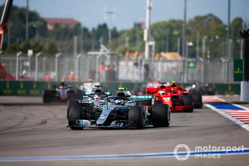 Valtteri Bottas, Mercedes AMG F1 W09, Lewis Hamilton, Mercedes AMG F1 W09 y Sebastian Vettel, Ferrari SF71H