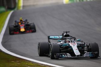 Lewis Hamilton, Mercedes AMG F1 W09, voor Max Verstappen, Red Bull Racing RB14.