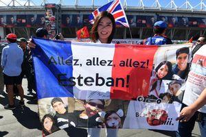Fans et bannière pour Esteban Ocon, Racing Point Force India F1 Team