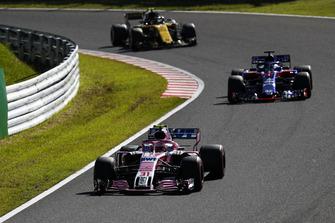 Esteban Ocon, Racing Point Force India VJM11, voor Brendon Hartley, Toro Rosso STR13, en Carlos Sainz Jr., Renault Sport F1 Team R.S. 18