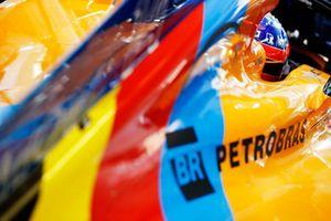 Fernando Alonso, McLaren MCL33, in the garage