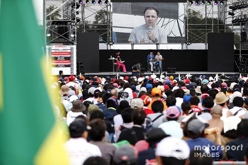 L'ancien pilote Felipe Massa parle au public