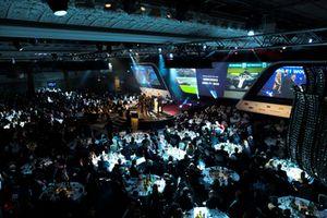 Allan McNish remet le prix de la voiture de course de l'année à la Mercedes AMG F1 W09