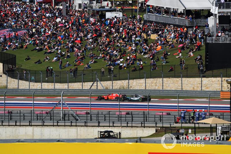 Кими Райкконен, Ferrari SF71H, борется с Льюисом Хэмилтоном на Mercedes-AMG F1 W09