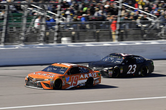 Daniel Suarez, Joe Gibbs Racing, Toyota Camry ARRIS e J.J. Yeley, BK Racing, Toyota Camry BK Racing