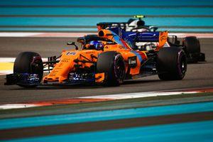 Fernando Alonso, McLaren MCL33 precede Kevin Magnussen, Haas F1 Team VF-18