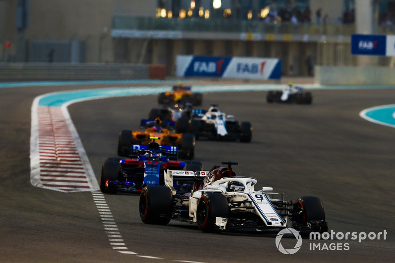 Marcus Ericsson, Sauber C37, leads Pierre Gasly, Scuderia Toro Rosso STR13, Fernando Alonso, McLaren MCL33, and Lance Stroll, Williams FW41