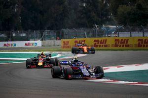 Pierre Gasly, Scuderia Toro Rosso STR13, Max Verstappen, Red Bull Racing RB14 and Stoffel Vandoorne, McLaren MCL33 battle
