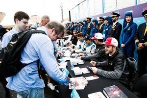 Daniel Abt, Audi Sport ABT Schaeffler signe des autographes pour les fans