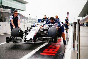 Williams monteurs duwen de wagen van Lance Stroll, Williams FW41, door de pitstraat