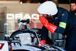 Un meccanico con la monoposto di Jose Maria Lopez, GEOX Dragon Racing, Penske EV-3