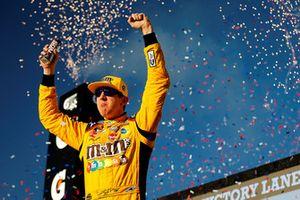 Kyle Busch, Joe Gibbs Racing, Toyota Camry M&M's celebrates