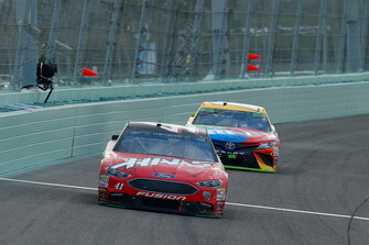 Kurt Busch, Stewart-Haas Racing, Ford Fusion State Haas Automation/Monster Energy, Kyle Busch, Joe Gibbs Racing, Toyota Camry M&M's