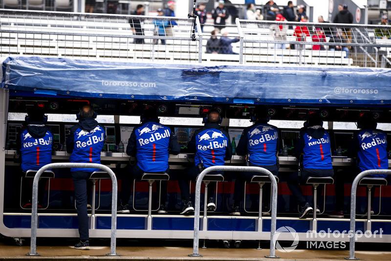 L'équipe Toro Rosso sur le muret des stands
