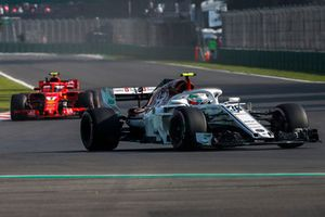 Antonio Giovinazzi, Sauber C37 and Kimi Raikkonen, Ferrari SF71H