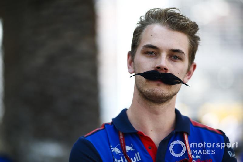 Un miembro del equipo Toro Rosso luce un bigote extravagante