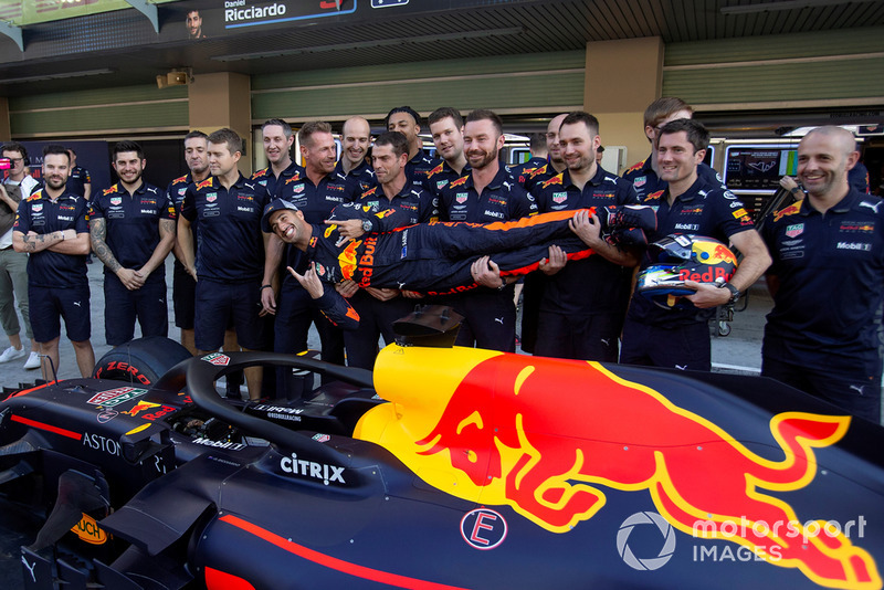 Daniel Ricciardo, Red Bull Racing with his mechanics at the Red Bull Racing team photo