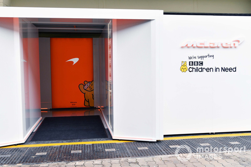 Ingresso al garage McLaren con il logo Children In Need