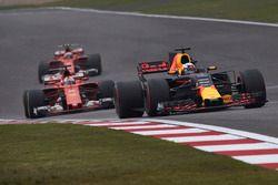 Daniel Ricciardo, Red Bull Racing RB13; Sebastian Vettel, Ferrari SF70H; Kimi Räikkönen, Ferrari SF7