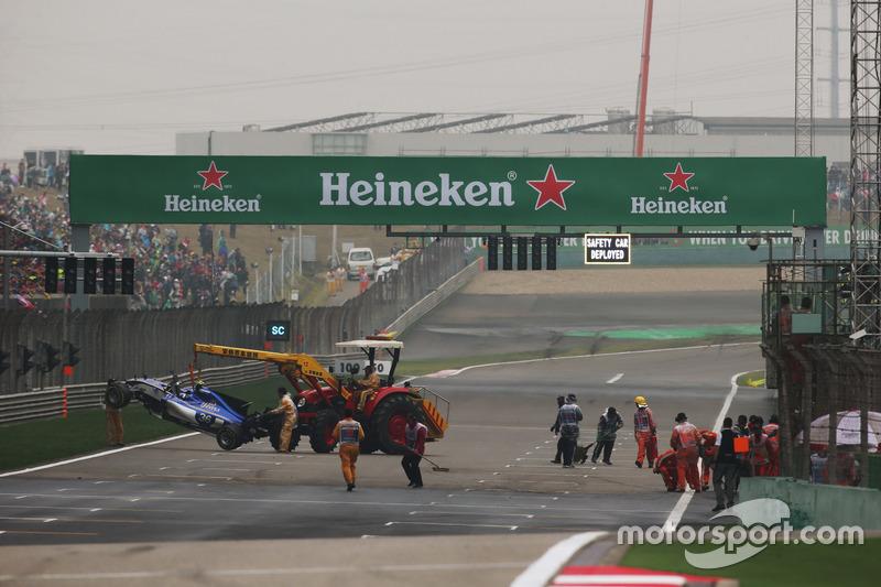 Marshals removed the crashed car of Antonio Giovinazzi, Sauber C36