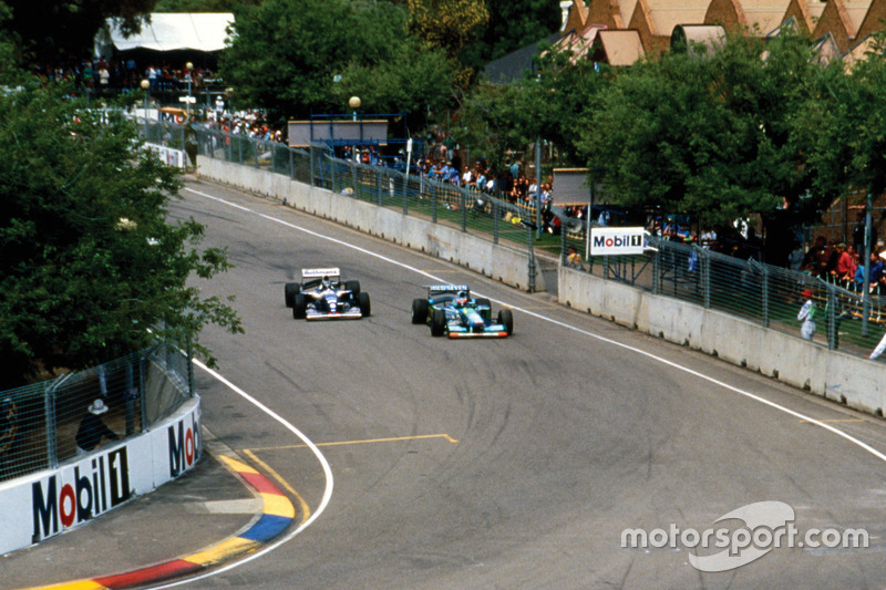 Michael Schumacher, Benetton B194 Ford delante de Damon Hill, Williams FW16B Renault