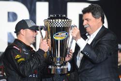 Campeón 2016 Johnny Sauter, GMS Chevrolet Racing presenta el Trofeo al Presidente de NASCAR Mike Hel