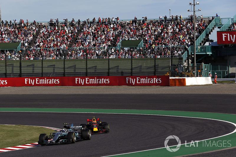 Valtteri Bottas, Mercedes-Benz F1 W08 e Max Verstappen, Red Bull Racing RB13 lottano per la posizione