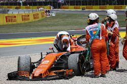 Эвакуация поврежденного McLaren MCL32 Стоффеля Вандорна с трассы