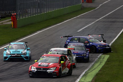 Pepe Oriola, Lukoil Craft-Bamboo Racing, SEAT León TCR, Gianni Morbidelli, West Coast Racing, Volkswagen Golf GTi TCR get a push