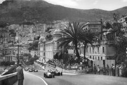 Jose Froilan Gonzalez, Maserati 4CLT/48 et Luigi Villoresi, Ferrari 125, au moment du départ