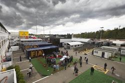 Conductores media pluma y autocaravana FIA en el paddock