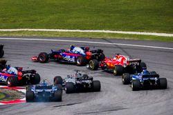 Старт гонки: Карлос Сайнс-мл. и Пьер Гасли, Scuderia Toro Rosso STR12, Себастьян Феттель, Ferrari SF