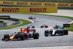 Max Verstappen, Red Bull Racing RB13 y Lewis Hamilton, Mercedes-Benz F1 W08