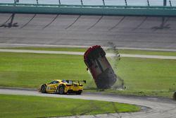 Авария: Жером Якалоне (№124, Ferrari of Long Island, Ferrari 488 Challenge)