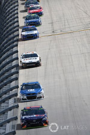 Денни Хэмлин, Joe Gibbs Racing Toyota, Дейл Эрнхардт-мл., Hendrick Motorsports Chevrolet и Лэндон Кэ