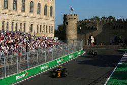 Nico Hulkenberg, Renault Sport F1 Team RS17, Kevin Magnussen, Haas F1 Team VF-17