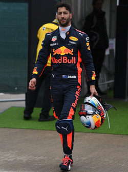 Daniel Ricciardo, Red Bull Racing walks in after stopping on track in Q1