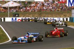 Gerhard Berger, Benetton B197 Renault, devant Eddie Irvine Ferrari F310B