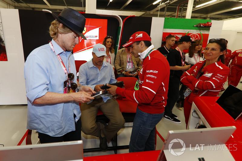 Owen Wilson y Woody Harrelson reciben un tour por el garaje de Ferrari