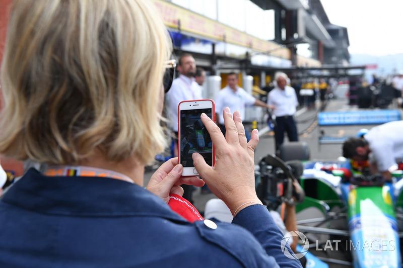 Sabine Kehm, toma una foto de Mick Schumacher, Benetton B194
