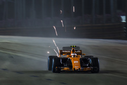 Stoffel Vandoorne, McLaren MCL32, throws up sparks