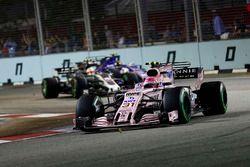 Esteban Ocon, Sahara Force India F1 VJM10 devant Kevin Magnussen, Haas F1 Team VF-17 alors que Pascal Wehrlein, Sauber C36-Ferrari attaque