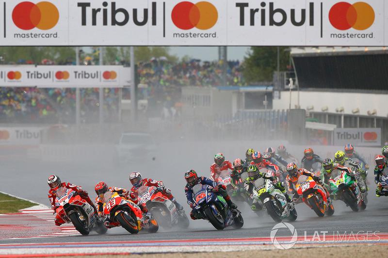 Старт гонки: лидируют Хорхе Лоренсо, Ducati Team, и Марк Маркес, Repsol Honda Team