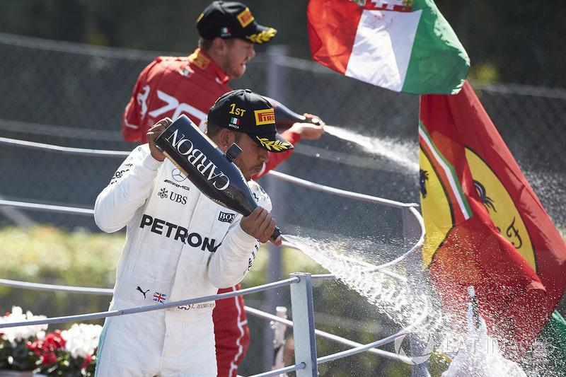 Race winner Third place Lewis Hamilton, Mercedes AMG F1 Sebastian Vettel, Ferrari, pour Champagne fr
