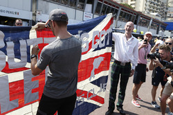 Jenson Button, McLaren autografa una bandiera