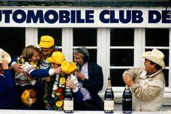 Podio: Hans-Joachim Stuck, Al Holbert, Derek Bell, Rothmans Porsche 962C