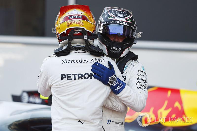 Valtteri Bottas, Mercedes AMG F1, felicita a Lewis Hamilton, Mercedes AMG F1, por su pole position