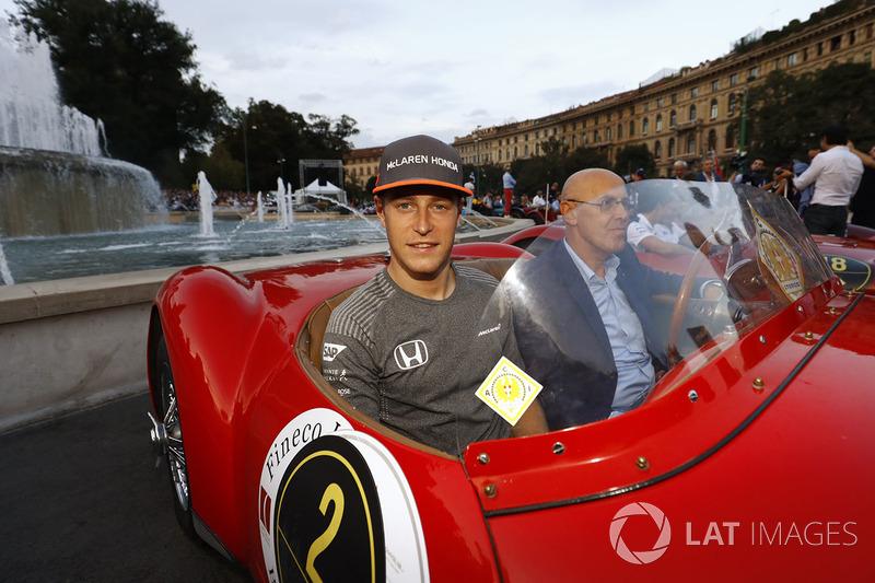 Stoffel Vandoorne, McLaren, en el desfile de Milán